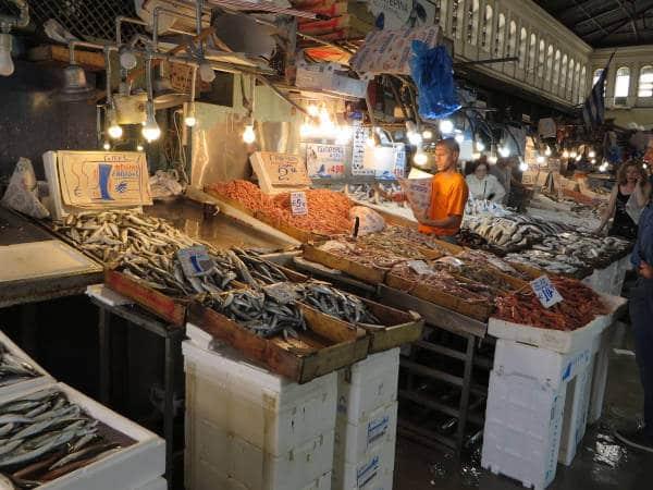 Pescados en camas de hielo en la sección de pescados del mercado.